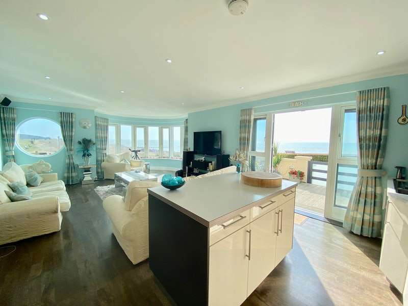 2 Bedrooms Flat for sale in Sea Drive, Ferring, West Sussex, BN12