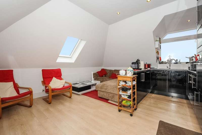 2 Bedrooms Flat for sale in Wokingham, Berkshire, RG40