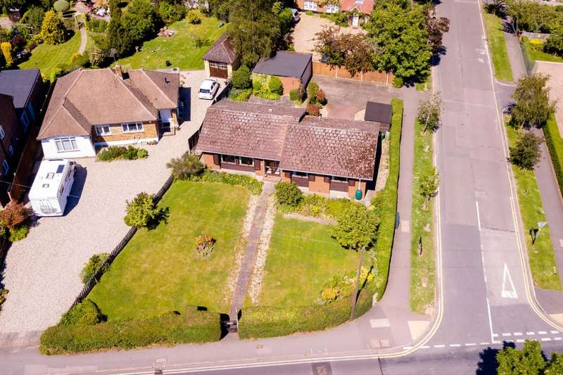 3 Bedrooms Bungalow for sale in Coppice Row, Theydon Bois, Epping
