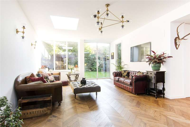 2 Bedrooms Flat for rent in Dalston Lane, London, E8