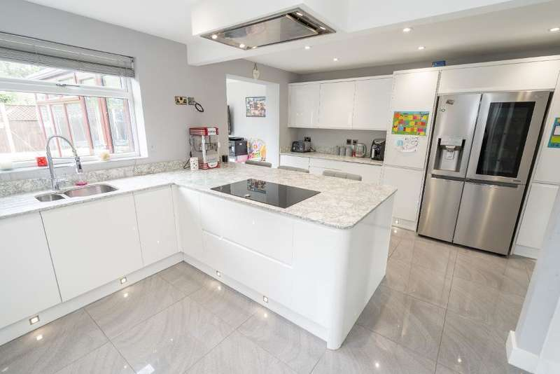 3 Bedrooms Detached House for sale in Meadow Park, Garstang, Lancashire, PR3 1RE