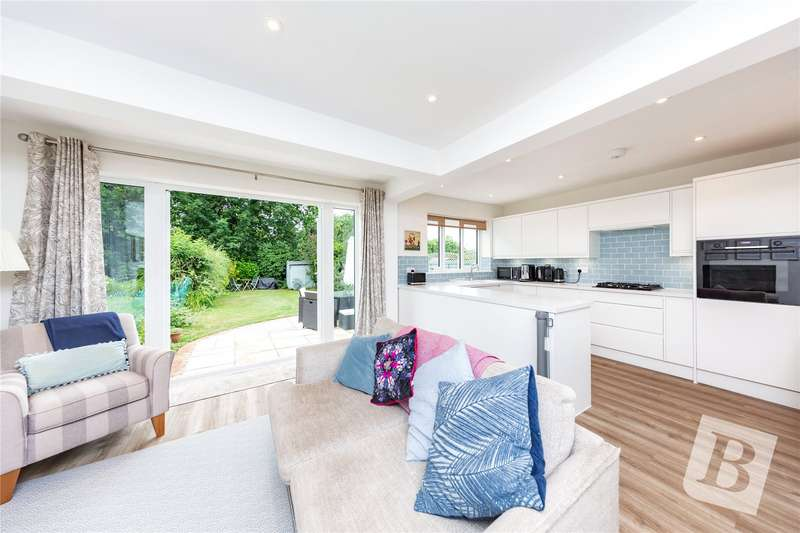 4 Bedrooms Semi Detached House for sale in Minster Way, Hornchurch, RM11