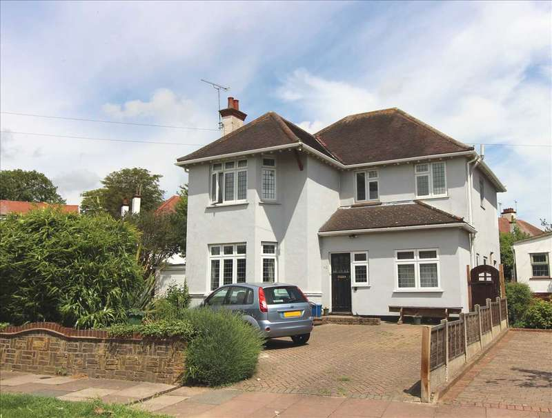 4 Bedrooms Detached House for sale in Wellstead Gardens, Westcliff on Sea