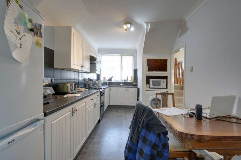 3 Bedrooms Chalet House for sale in Branston Road, Clacton-On-Sea