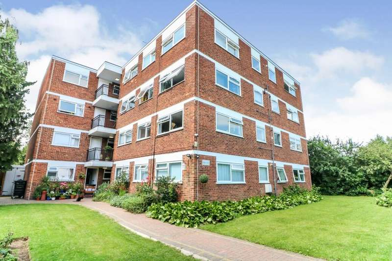 2 Bedrooms Flat for sale in Lynwood Close, London, E18