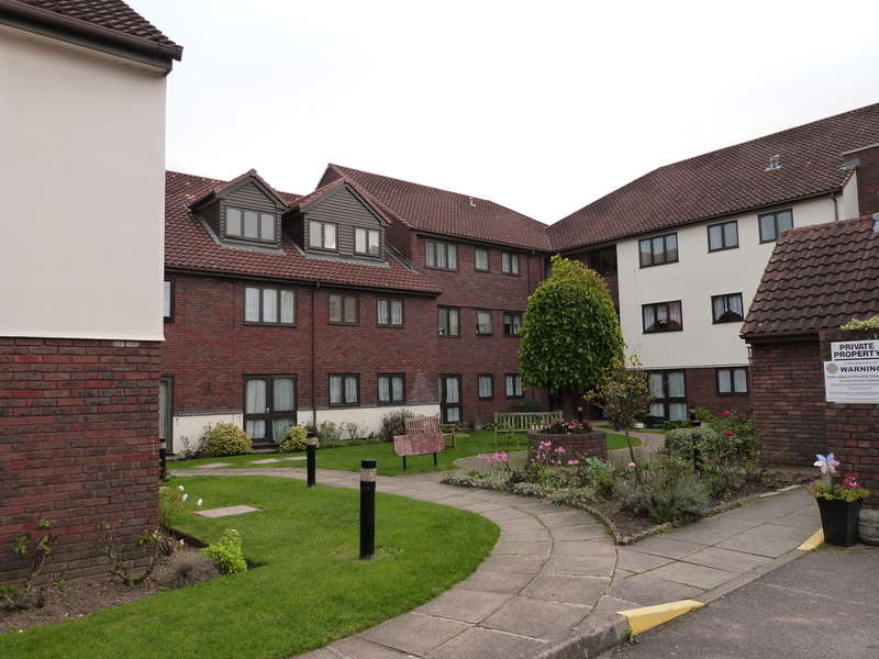 1 Bedroom Ground Flat for sale in Cobbinsbank, Farm Hill Road