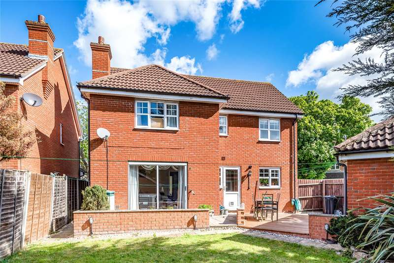 5 Bedrooms Detached House for sale in Hoveton Way, Ilford, IG6