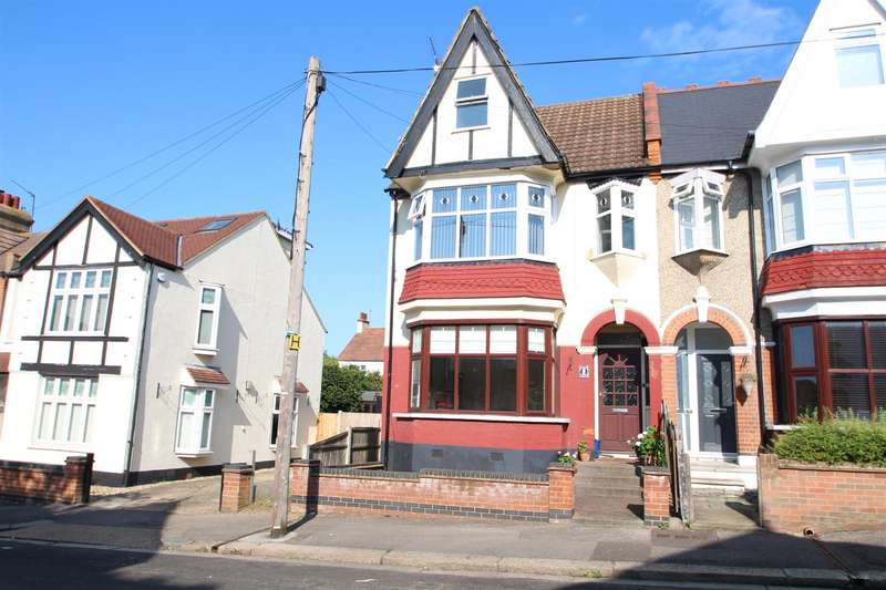 3 Bedrooms Flat for sale in Torquay Drive, Leigh-On-Sea
