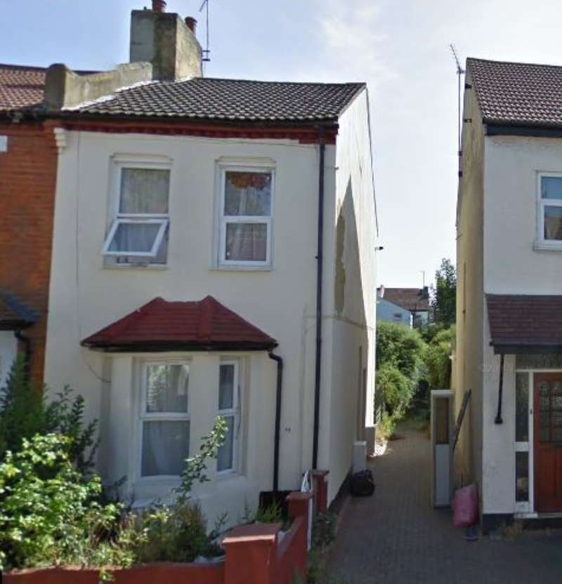 3 Bedrooms Semi Detached House for sale in 30 Central Avenue, Southend-on-Sea, Essex, SS2 5HS