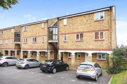 2 Bedrooms Maisonette Flat for sale in Felmores, Basildon, Essex