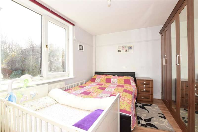 2 Bedrooms Ground Maisonette Flat for sale in Chigwell Road, , Woodford Green, Essex