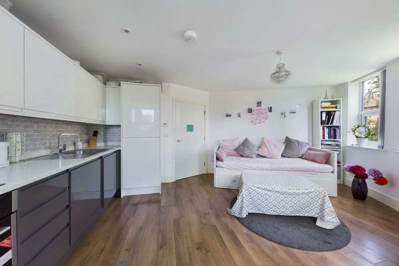 1 Bedroom Flat for sale in Mercury Gardens, Romford, RM1