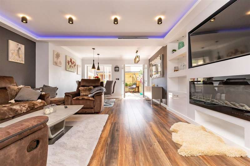 4 Bedrooms Terraced House for sale in Kings Wood Park, Epping