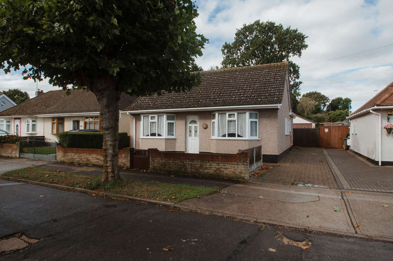 3 Bedrooms Detached Bungalow for sale in Glenmere Park Avenue, Thundersley