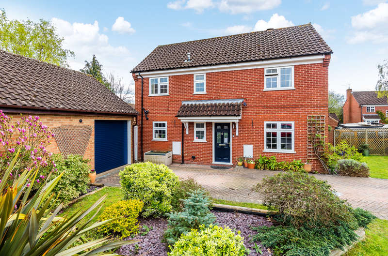 4 Bedrooms Detached House for sale in Hampshire Way, Wokingham