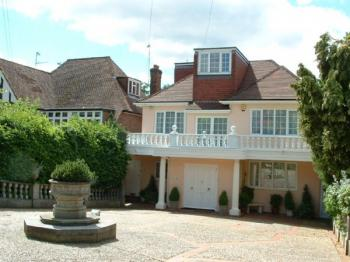 4 Bedrooms Detached House for sale in Adelaide Close, STANMORE