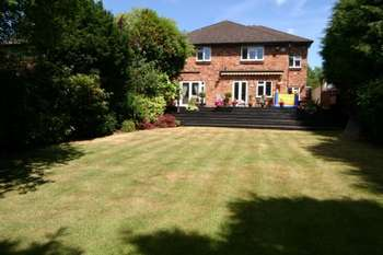 5 Bedrooms Detached House for sale in The Common, Stanmore