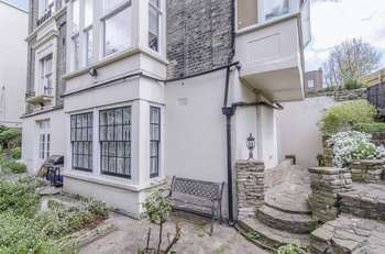 2 Bedrooms Flat for sale in Garden Flat, North Grove, Highgate, London, N6