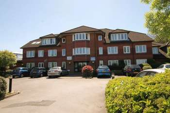 2 Bedrooms Flat for sale in Guildford, Surrey, GU4