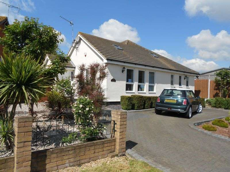 4 Bedrooms Detached Bungalow for sale in Churchill Road, Grays