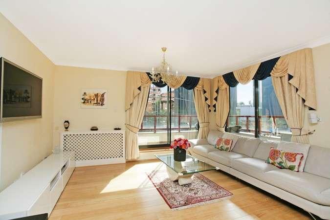2 Bedrooms Flat for sale in Windsor Way, Brook Green, London