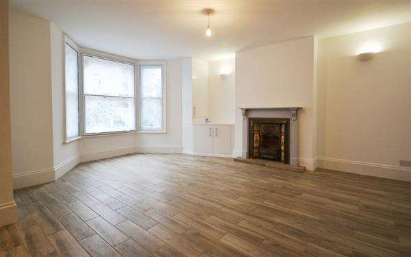 2 Bedrooms Flat for sale in Horn Lane, London