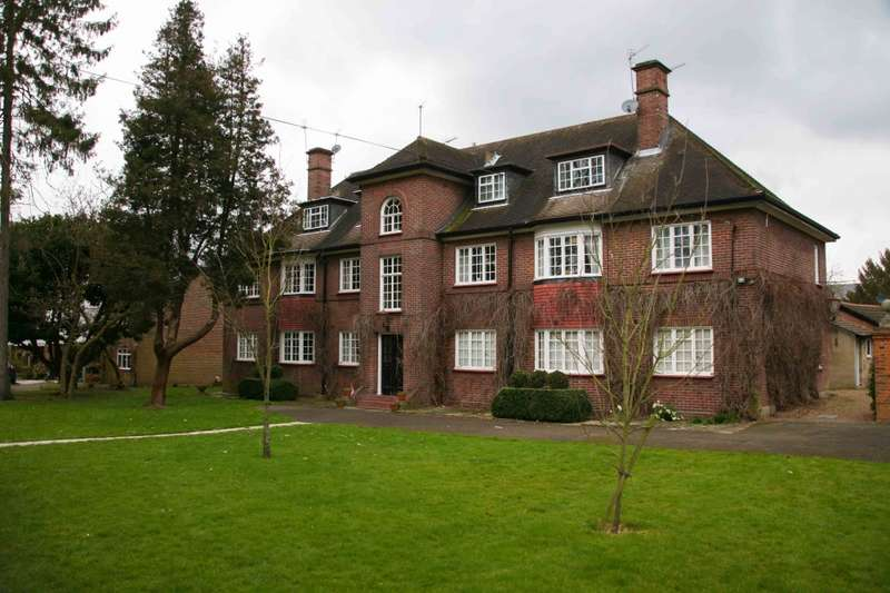 3 Bedrooms Flat for sale in Castle Way, Feltham, Middlesex, TW13