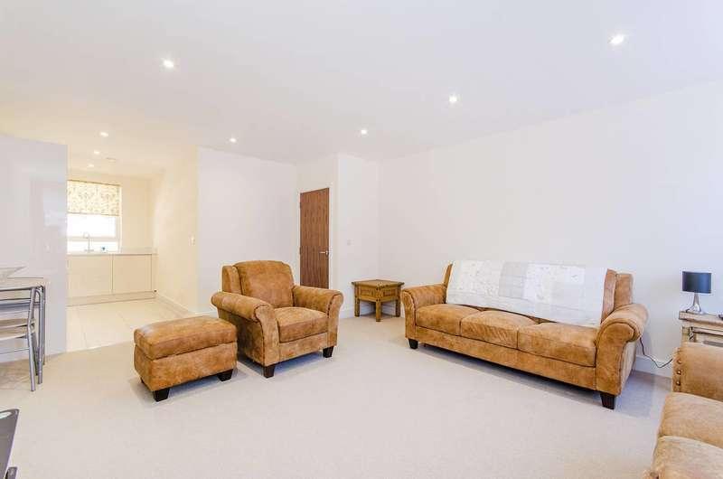 2 Bedrooms Flat for sale in Marsh Road, Pinner, HA5