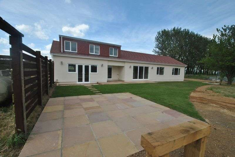4 Bedrooms Detached Bungalow for sale in Parkgate Road, Orpington