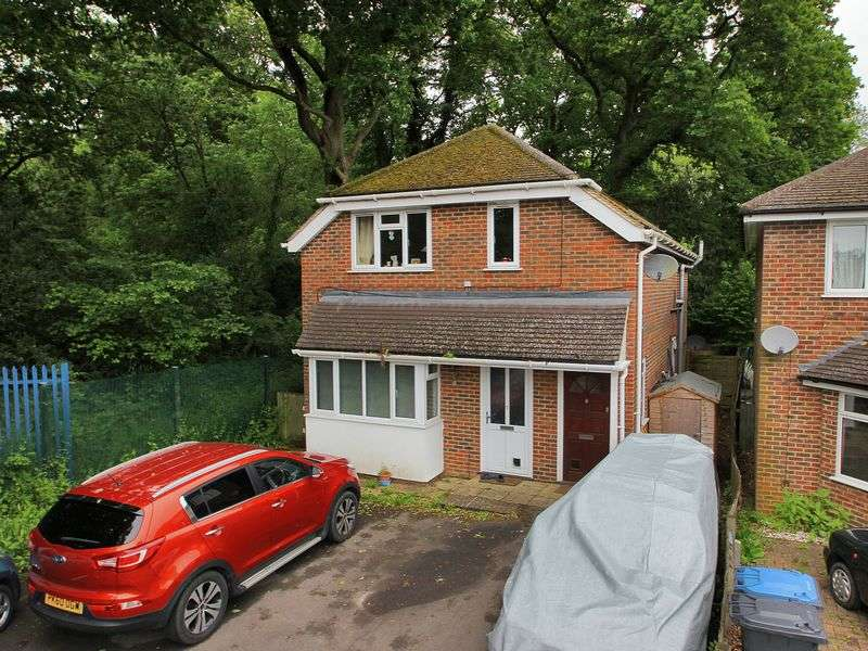 2 Bedrooms Maisonette Flat for sale in Holtye Avenue, East Grinstead