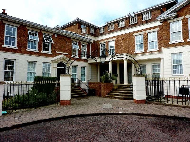 3 Bedrooms Flat for rent in The Square, Whitefield, Manchester