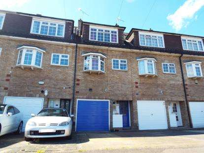 4 Bedrooms Terraced House for sale in Romford