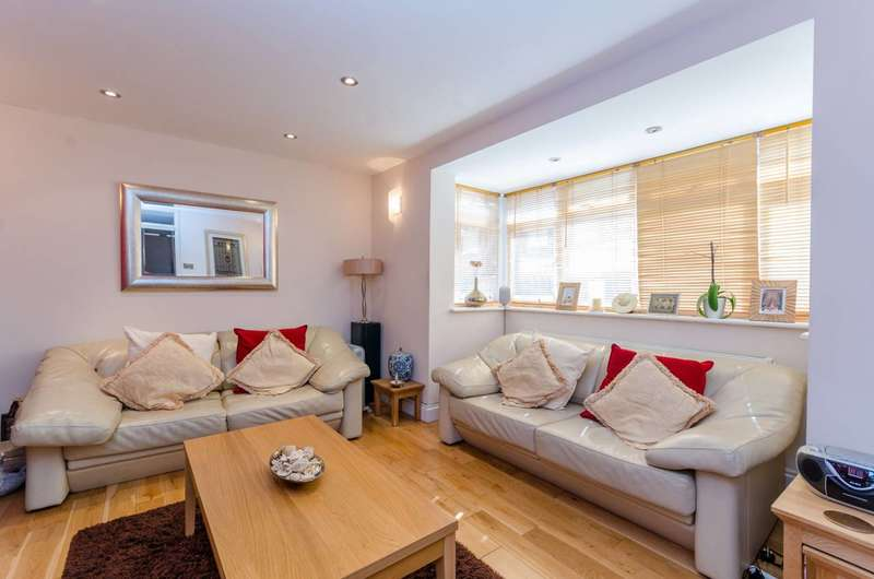 3 Bedrooms House for sale in Whitmore Close, Friern Barnet, N11