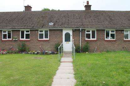 2 Bedrooms Bungalow for sale in Broad Close, Ufton, Leamington Spa, Warwickshire