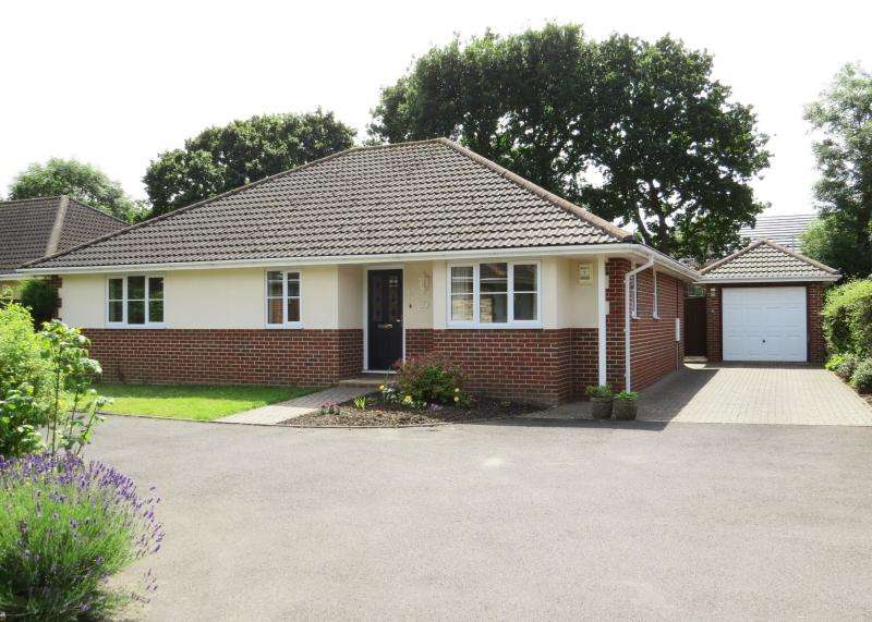 3 Bedrooms Bungalow for sale in Kelsall Gardens, NEW MILTON, BH25