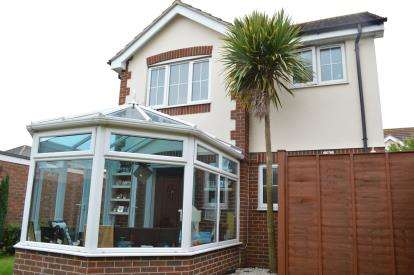 2 Bedrooms Detached House for sale in Throop, Bournemouth, Dorset
