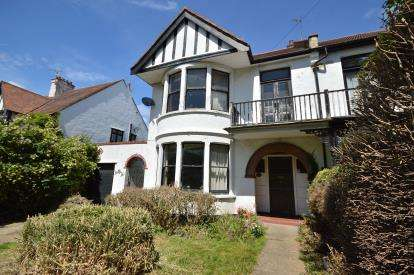 4 Bedrooms Semi Detached House for sale in Thorpe Bay, Essex