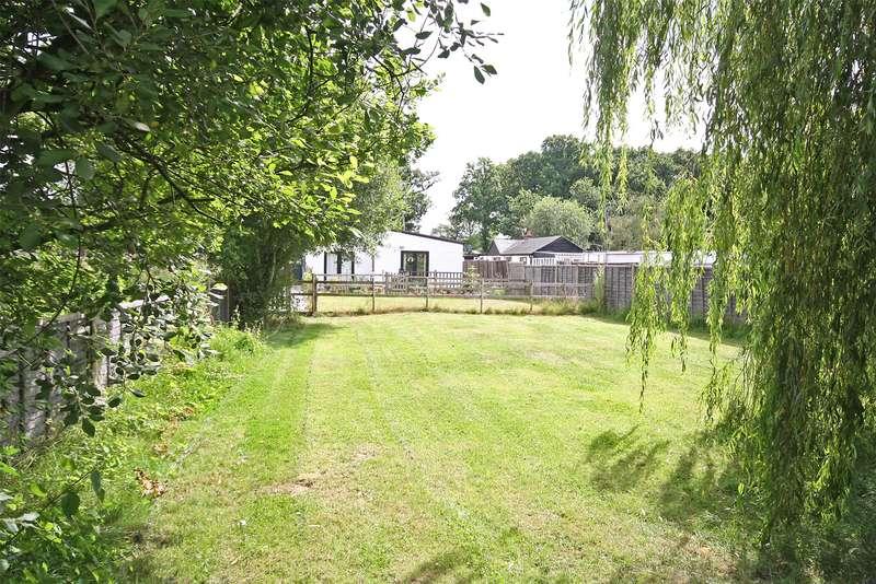 3 Bedrooms Detached Bungalow for sale in Peeks Brook Lane, Horley, RH6