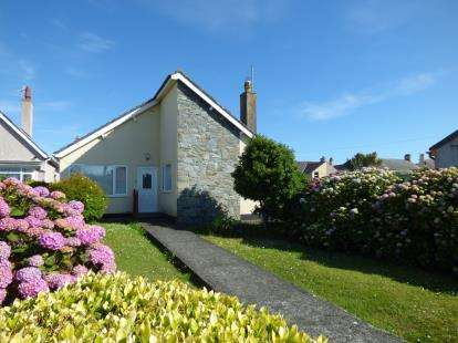3 Bedrooms Bungalow for sale in Seabourne Road, Holyhead, Anglesey, LL65