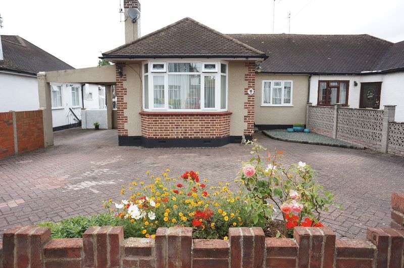 3 Bedrooms Semi Detached Bungalow for sale in Midhurst Avenue, Westcliff-On-Sea