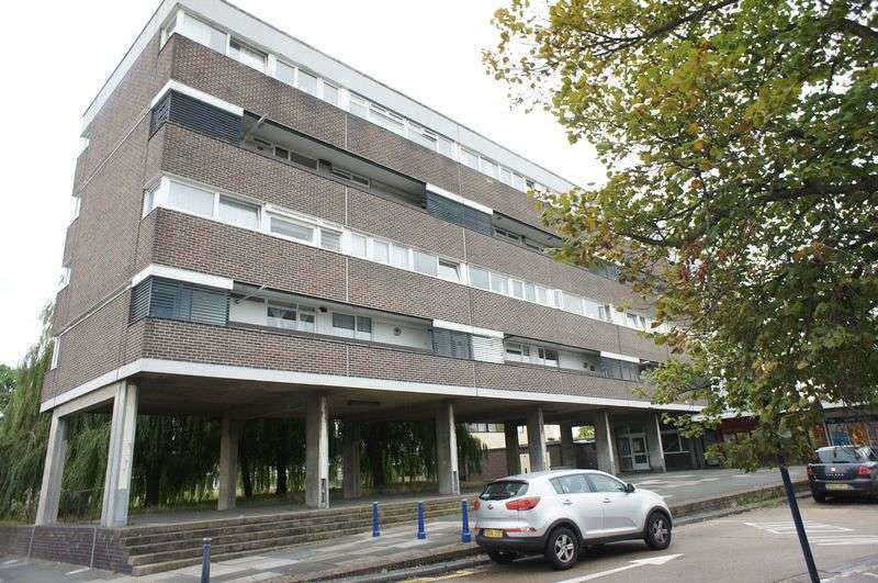 3 Bedrooms Flat for sale in Ballards Walk, Basildon.