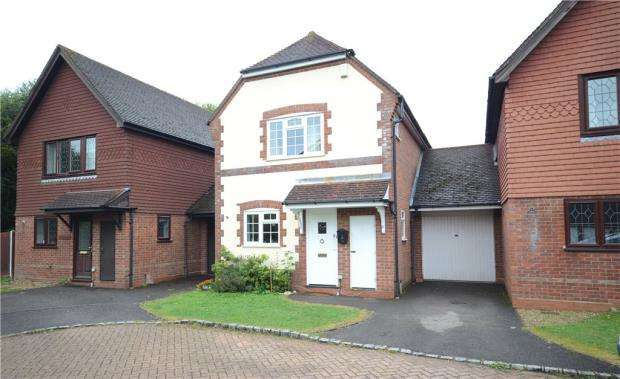 3 Bedrooms Link Detached House for sale in Baywood Close, Farnborough, Hampshire