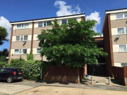 3 Bedrooms Flat for sale in Hainault, Ilford, Essex