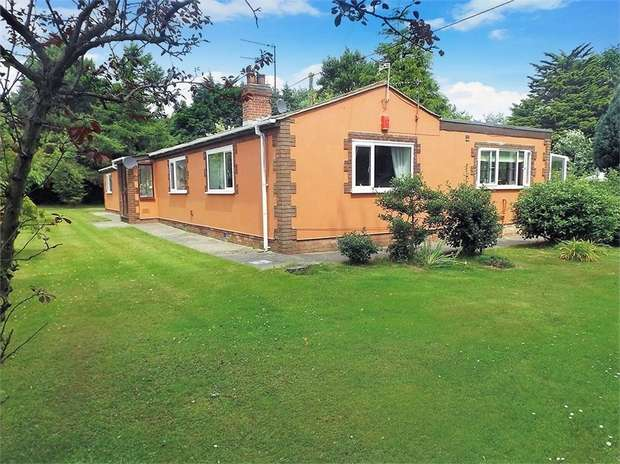 3 Bedrooms Detached House for sale in Yarmouth Road, Corton, Lowestoft, Suffolk