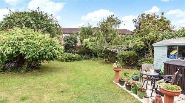 3 Bedrooms Detached Bungalow for sale in Royston Way, Slough, Berkshire