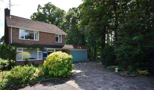 4 Bedrooms Detached House for sale in Dinorben Close, Fleet, Hampshire