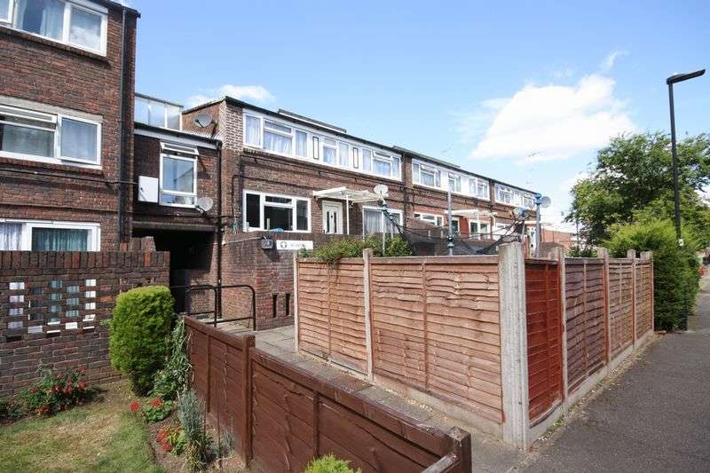 3 Bedrooms Flat for sale in Banbury Walk, Northolt