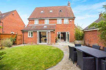 5 Bedrooms Detached House for sale in Anglia Drive, Church Gresley, Swadlincote, Derbyshire