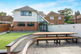 4 Bedrooms Bungalow for sale in London Road, Faversham