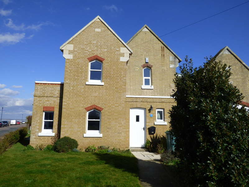 3 Bedrooms Semi Detached House for sale in Esplanade, East Cowes